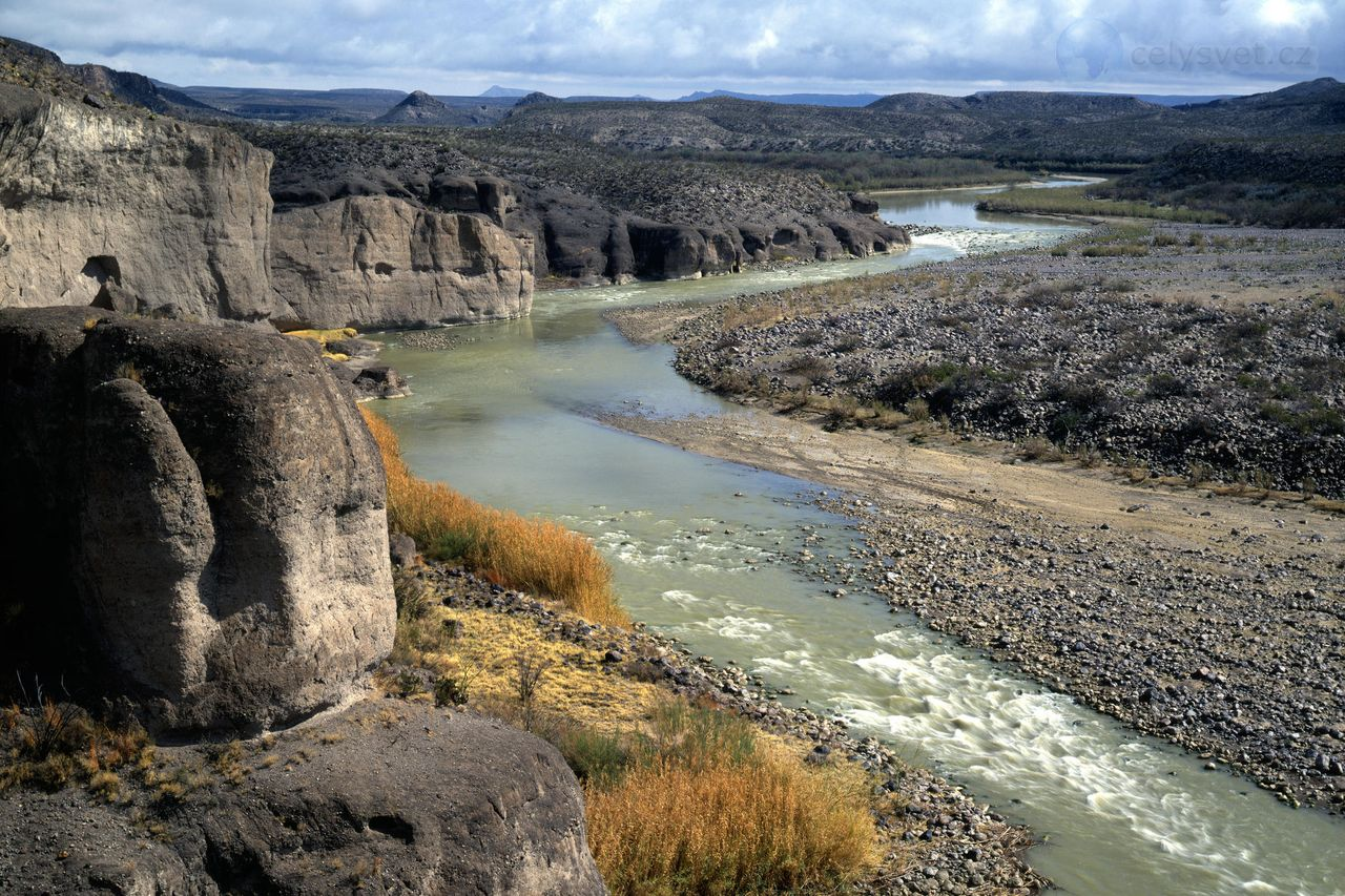 rio grande river English: rio grande (named río bravo in mexico) — a major river of northeastern mexico and the southwestern united states the main and tributary courses run through the us states of colorado, new mexico , and texas  and the méxican states of chihuahua , coahuila , nuevo león .